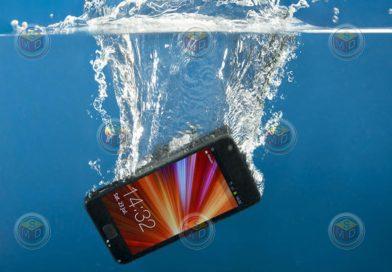 Cómo intentar salvar un teléfono que se ha mojado.
